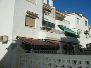 Ja detta är utsidan av vår lägenhet med den fina balkongen, hörnlägenhet.
