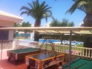Poolen med tillhörande restaurang, ligger bredvid vårat område om man inte vill gå ner till stranden.. Kostar en slant att använda sig av poolen men inga stora pengar :)