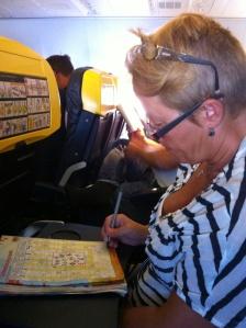 Tidsfördriv under flygresan för frugan..Min ljudbok var tyvärr slut så jag fick knoppa in så gott det gick..