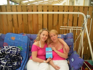 Två duktiga och lyckliga tjejer som har slutat att röka...mor o dotter... o en lycklig sambo bakom kameran :)