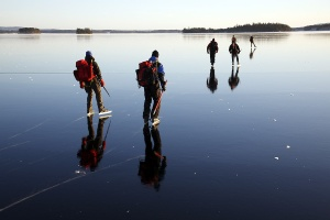 Var tyvärr inte med på denna tur, knyckt bild :) ser otroligt spännande och härligt ut med den svarta isen..