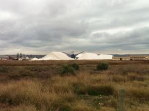 På väg till Carrefour så passerar jag dessa vita högar av salt..