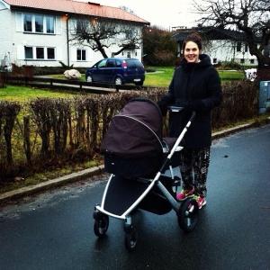Caroline på promenad med lilla Signe..