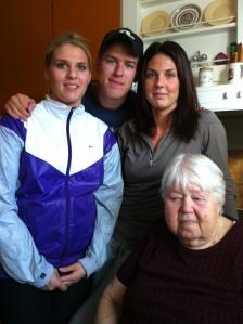 Malin, Mattias, Caroline och deras farmor,,