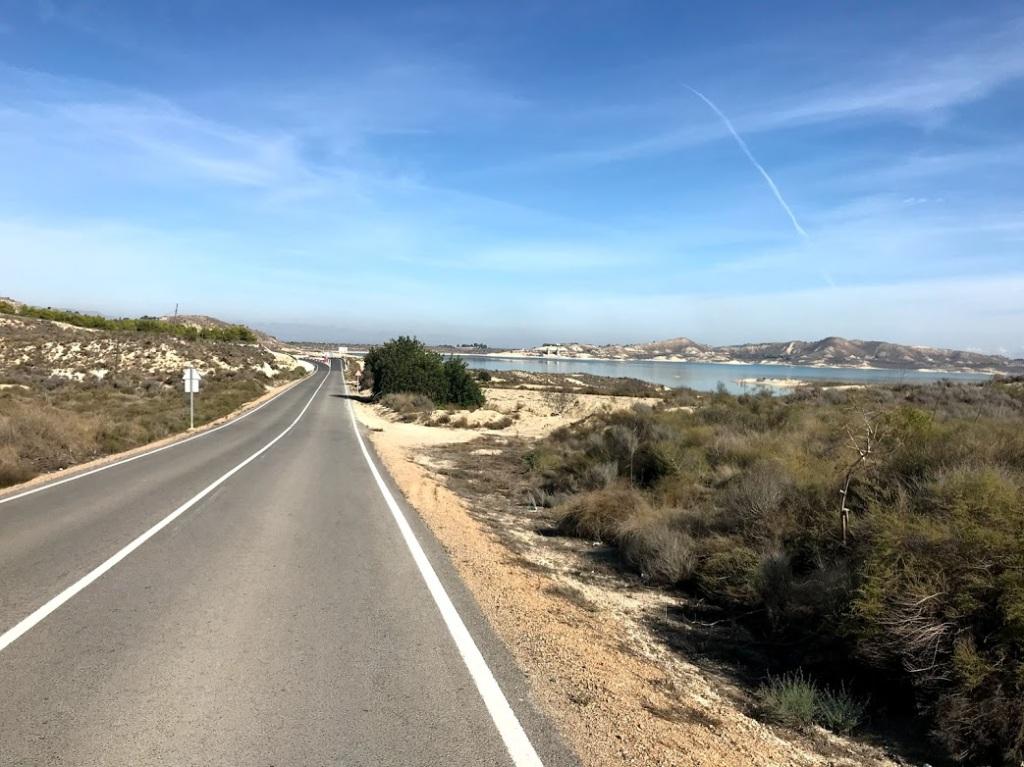 Här har jag passerat Torremondo och är på väg ner mot dammen Embalse La Pedrera, alltid trevligt att cykla runt den...