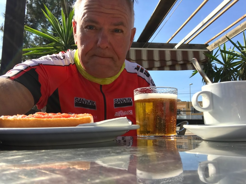 Tostada con tomate, una cana y cafe con leche...