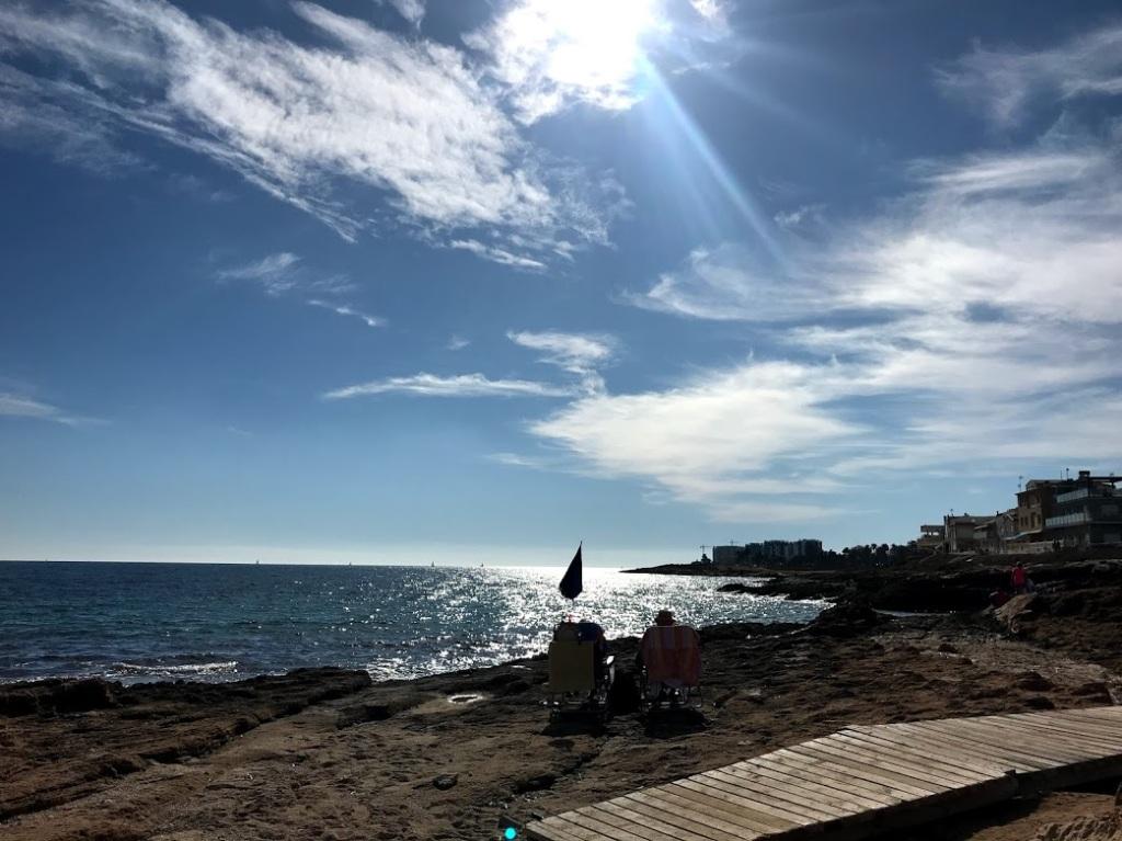 Tidigare i veckan placerade vi oss vid havet nedanför Mar Azul, vi hittade en liten plätt med sand i all sten... Kan det bli mycket bättre!